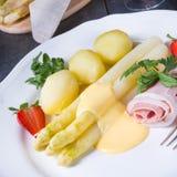 Spargel mit gekochter Schinken- und Hollandaisesoße Stockfoto