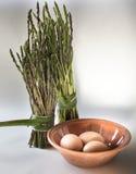 Spargel und Eier auf weißem Hintergrund Stockbild