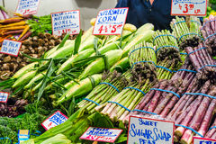 Spargel und Mais für Verkauf Stockfoto