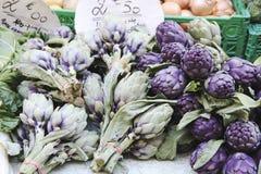 Spargel wird auf dem Zähler eines kleinen Marktes verkauft Stockfotografie