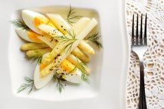 Spargelsalat mit Ei und frischem Dill auf einer Platte Stockfotografie