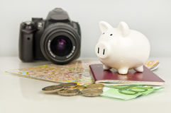 Spargris, europengar, pass, kamera och översikt Royaltyfri Foto