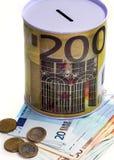 Spargris för pengar med bilden av eurosedlar, arkivbilder