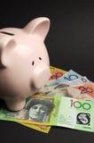 Spargris med australiska pengar. Lodlinje. Arkivfoton