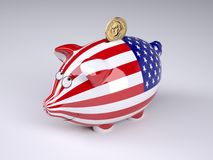 Spargris med USA flaggan och det guld- dollarmyntet Arkivbild