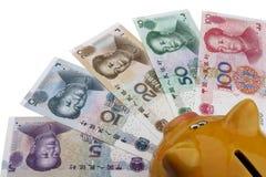 Spargris- och kinespengar (RMB) Arkivfoto