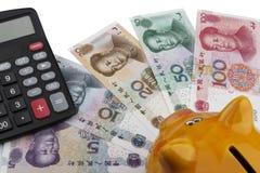 Spargris- och kinespengar (RMB) Arkivbild