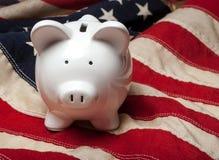 Spargris på en amerikanska flaggan Royaltyfri Bild