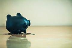 Spargris uppochnervända och myntskulder och finansiellt problembegrepp Arkivbild
