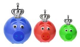 Spargrisar med kronor Royaltyfri Fotografi