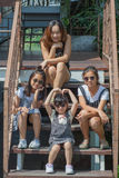 Spari i bambini ed il ritratto asiatici della donna nello stile di vita Fotografie Stock