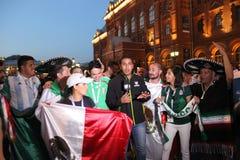 Spari le notizie per la televisione messicana, sia radiodiffusione in tensione sulla TV con i fan alla coppa del Mondo a Mosca fotografie stock libere da diritti