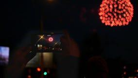 Spari un bello fuoco d'artificio di festa sul telefono Movimento lento stock footage