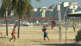 Sparka av, och punkt spelade i en footvolleylek på den Copacabana stranden i Rio de Janeiro lager videofilmer