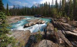 Sparka hästfloden, naturlig bro, fält, kanadensiska steniga berg Royaltyfri Foto