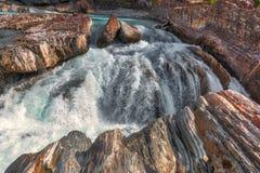 Sparka hästfloden, naturlig bro, fält, kanadensiska steniga berg Arkivfoto