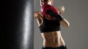 Sparka på den stansa påsen av en kvinnaboxare lager videofilmer