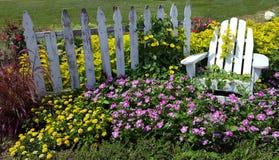 Sparka tillbaka och koppla av i en säng av blommor i vår royaltyfri foto