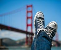 Sparka tillbaka vid Golden gate bridge Arkivfoto