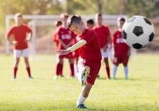 Sparkande fotboll för pojke på sportfältet Arkivfoton