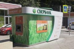Sparkasse ATM auf Lenin-Straße in der Erholungsortregelung von Adler, Sochi Stockbild