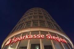 Sparkasse Siegen wierza przy nocą, Niemcy Zdjęcie Stock