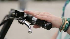 Sparkcykel för provning för ung dam elektrisk, trängande broms, stads- transport för tonåringar stock video