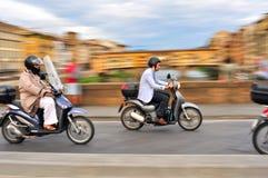Sparkcykel i trafik i den Florence staden i Italien Arkivbild