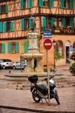 Sparkcykel som parkeras på den Colmar gatan, Frankrike Royaltyfria Foton
