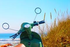Sparkcykel vid havet arkivfoto