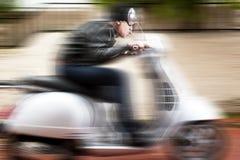Sparkcykelchaufför i en galen ritt Arkivbilder