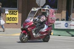 Sparkcykelkörning besegrar den huvudsakliga gatan Arkivfoton