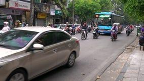 Sparkcyklar, bilar, trafik, turister och folk på de gamla fjärdedelgatorna av huvudstaden, Hanoi, Vietnam arkivfilmer