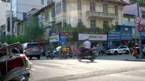 Sparkcyklar, motorcyklar, bilar, trafik, cyklar och folk på gatorna av Ho Chi Minh City nära Ben Thanh Market, Vietnam stock video