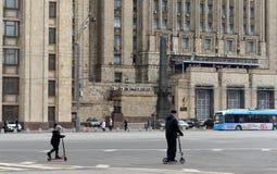 Sparkcyklar på den Smolensk fyrkanten i Moskva arkivfoto