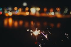 Sparkler ενάντια στα citylights στοκ εικόνες
