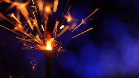 Sparkler πέρα από το μπλε Σπινθήρες σκονών πυροβόλων όπλων που πυροβολούνται στο βαθύ σκοτεινό κλίμα Καίγοντας θρυαλλίδα ή πυρκαγ απόθεμα βίντεο