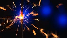 Sparkler πέρα από το μπλε Σπινθήρες σκονών πυροβόλων όπλων που πυροβολούνται στο βαθύ σκοτεινό κλίμα Καίγοντας θρυαλλίδα ή πυρκαγ φιλμ μικρού μήκους