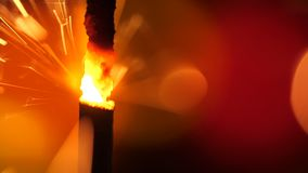 Sparkler πέρα από το πορτοκάλι Σπινθήρες σκονών πυροβόλων όπλων που πυροβολούνται στο βαθύ σκοτεινό κλίμα Καίγοντας θρυαλλίδα ή π φιλμ μικρού μήκους