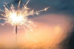 Sparkler στο χιόνι το βράδυ στοκ φωτογραφία με δικαίωμα ελεύθερης χρήσης