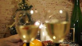 sparkler Pranzo di natale Decorazioni del nuovo anno 2018 Champagne Fuoco selettivo archivi video