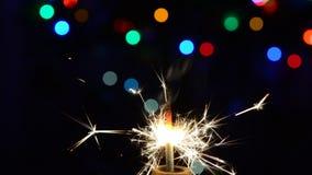 sparkler Una stella filante stante in effervescenza luminosa stock footage