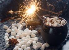 Sparkler w domowej roboty gorącej czekoladzie z marshmallow, cynamonem i pikantność na ciemnym tle, selekcyjna ostrość Obrazy Stock