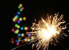 Sparkler y árbol de navidad Fotos de archivo