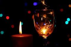 Sparklers καψίματος σε ένα φλυτζάνι γυαλιών κρασιού Στοκ Φωτογραφία