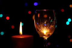 Sparklers καψίματος σε ένα φλυτζάνι γυαλιών κρασιού Στοκ Εικόνες