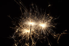 Sparklers καψίματος στο μαύρο υπόβαθρο Στοκ Εικόνες