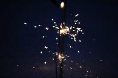 Sparklers σε ένα σκούρο μπλε υπόβαθρο Στοκ Εικόνες