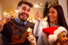Sparklers-φίλοι Χριστουγέννων που απολαμβάνουν στο κόμμα στη ημέρα των Χριστουγέννων Στοκ φωτογραφία με δικαίωμα ελεύθερης χρήσης