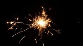 Sparklers Χριστουγέννων καψίματος που απομονώνονται σε ένα μαύρο υπόβαθρο φιλμ μικρού μήκους